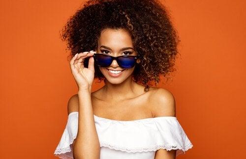 jente med solbriller, denne sommeren