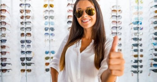 kvinne-briller-tommel-opp