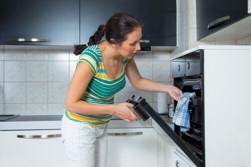 kvinne-sjekker-komfyren