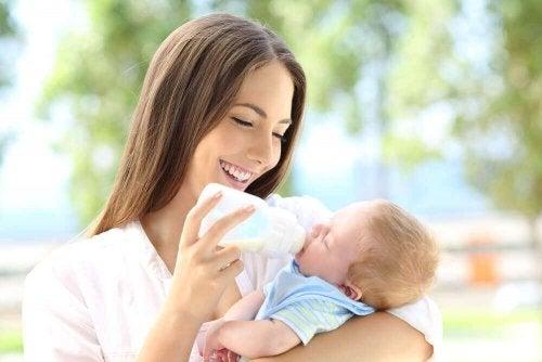 Mor og barn med flaske