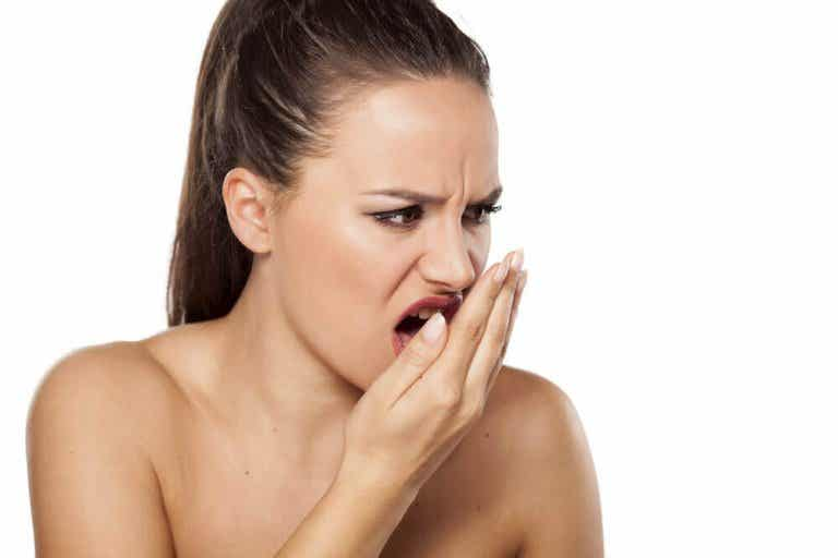 Behandle dårlig ånde naturlig ved hjelp av kanel