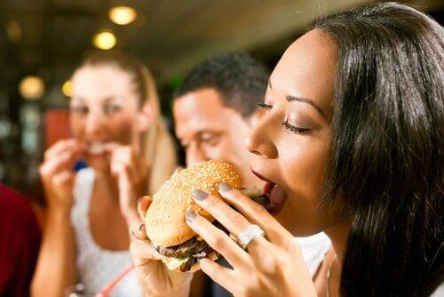 Eliminer disse 8 matvarene og trekk 500 kalorier fra ditt daglige kosthold