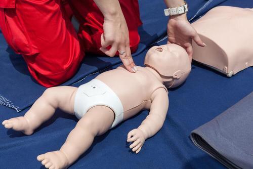 Lær hvordan man kan gjenopplive en baby med HLR