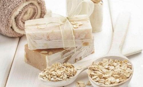 Hvordan lage hjemmelaget havre- og honningsåpe for å gi huden din fuktighet