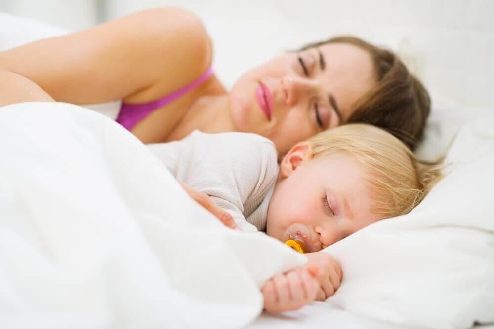 Oppdag hvordan du lærer babyen å sove gjennom natten
