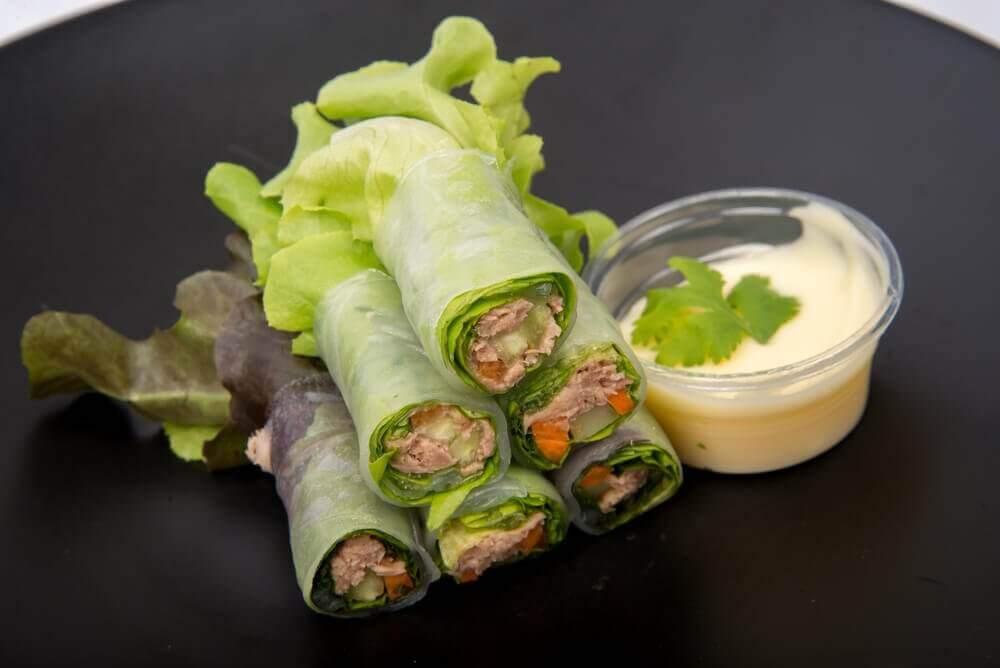 Tre deilige salatwraps med grønnsaker og frukt