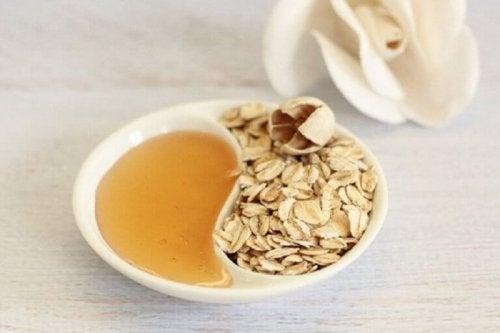 Honning og havrebehandling for å fjerne sminke