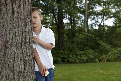 Barn bak et tre blir bortkomne
