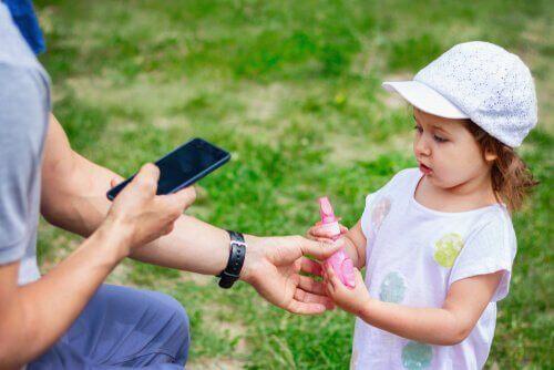 Barn spør voksen om hjelp