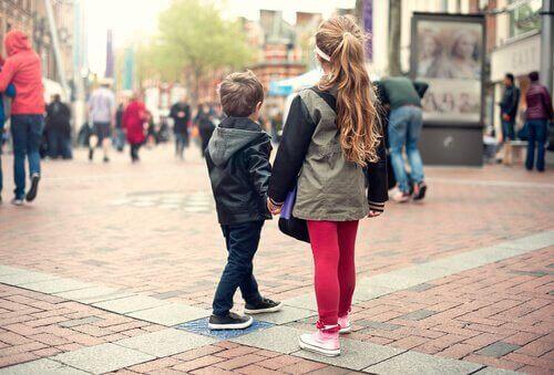 Lær et barn hva de skal gjøre om de blir bortkomne
