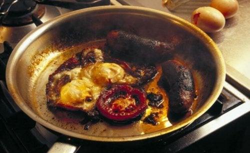 Enkle kjøkkentriks for å rengjøre brente stekepanner
