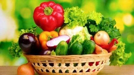 Spis mer friske grønnsaker for å miste magen