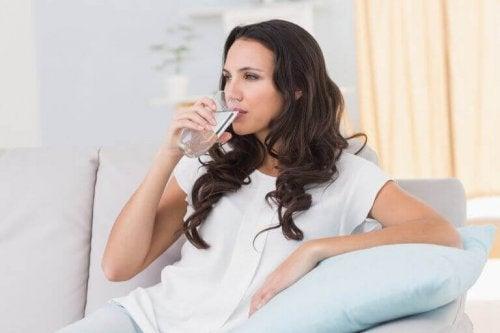 Drikk vann for å hydrere huden din