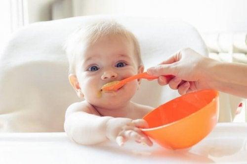 Baby som blir matet