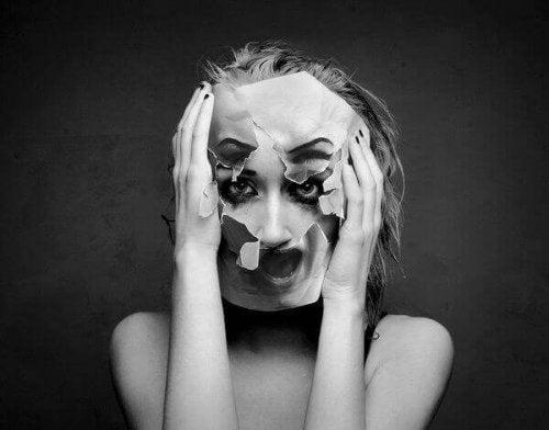 Dame med ødelagt maske