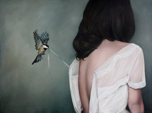 Fugl som drar i dame sin kjole
