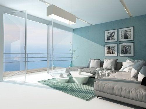 Moderne stue med glassdør ut til veranda gir en bedre atmosfære