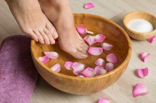 Føtter i rosebad for å lindre hallux valgus