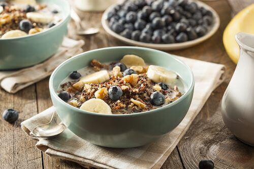 Skål med frokostblanding, blåbær og banan