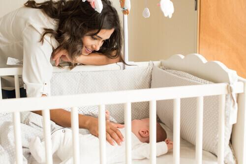 Mor som koser med babyen sin