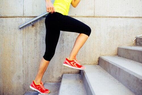 Kvinne løper opp trapp for bedre sirkulasjon