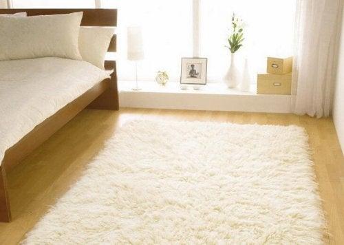 Hvitt teppe på gulvet