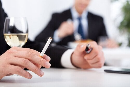 Menn i dress med vin og sigaretter, som er dårlige vaner.