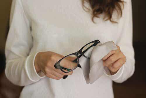 Bli kvitt riper i brillene med disse 6 triksene