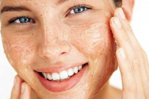 Kvinne eksfolierer huden