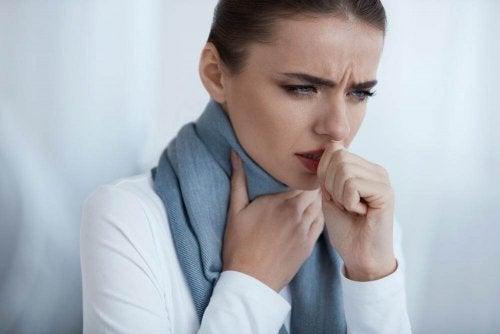Kvinne med vond hals