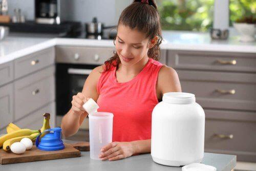 Kvinne lager proteinshakes