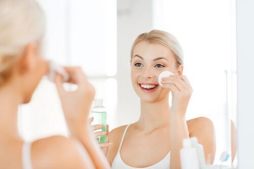 Kvinne påfører toner for å sikre ren og jevn hud