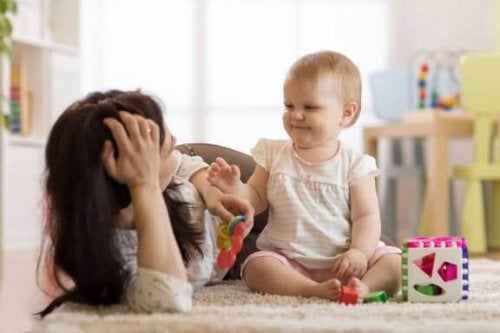 Lær babyen din å sitte oppreist på egen hånd