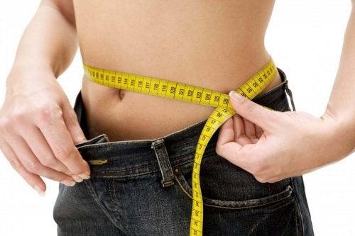Målebånd rundt midje viser vekttap
