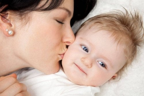 En alenemor kysser babyen sin