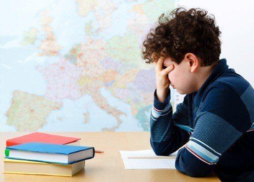 barn på skolen tenker på karakterer