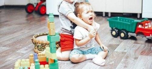 Slik får du kontroll på slåsskamper mellom barn