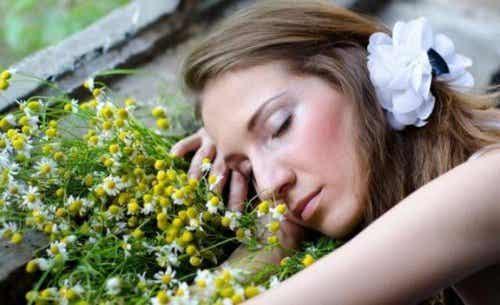 Åtte eteriske oljer som kan hjelpe deg med å sove bedre