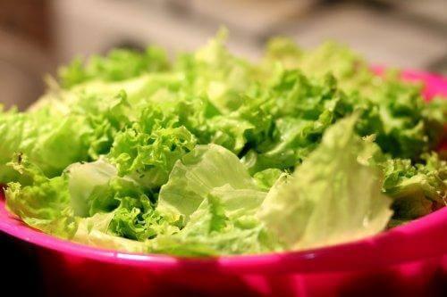 en skål med salat