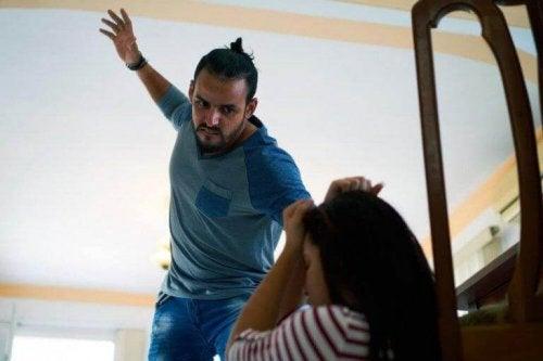En far som er sint på barnet og bruker fysisk avstraffelse som konsekvens.