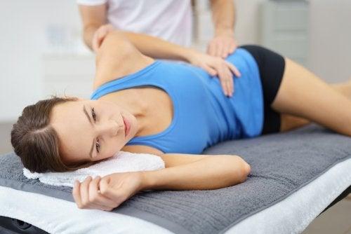 Dame som får hjelp for å forhindre hoftesmerte.