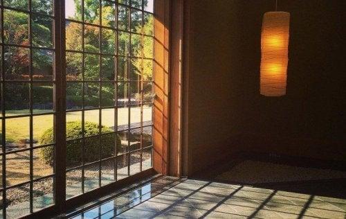 Dører og vinduer i japansk dekorering.