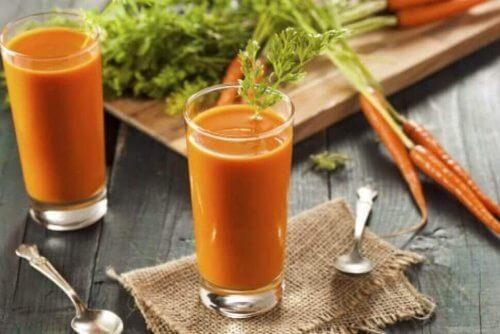 juice med gulrot, persille og sitronsaft