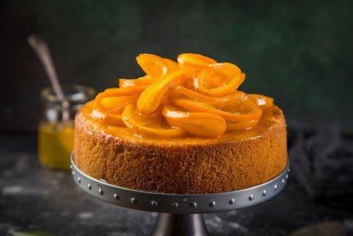 Appelsinformkake med pynt.