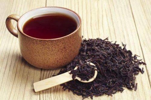 Kopp med sort te mot tannbyll