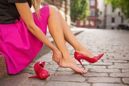 kvinne med høye hæler