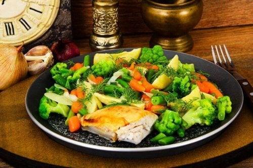 Kylling med dampede grønnsaker.
