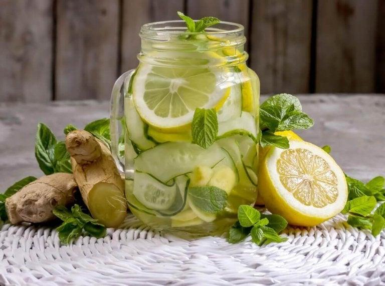Lag en detox-limonade av ingefær og eple