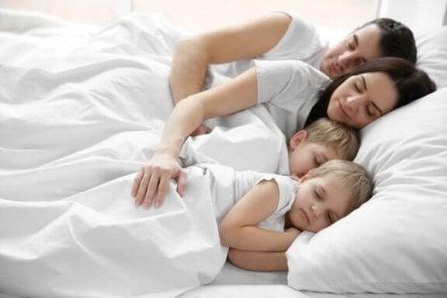 Barn som sover i samme seng som sine foreldre