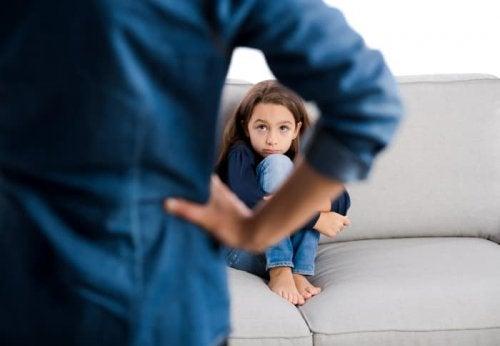 Far er streng med datteren over karakterer